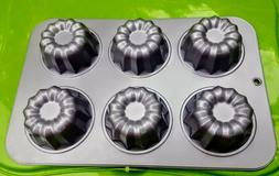 Cake Boss Floral Mini Cake Mold Cupcake Pan in excellent con